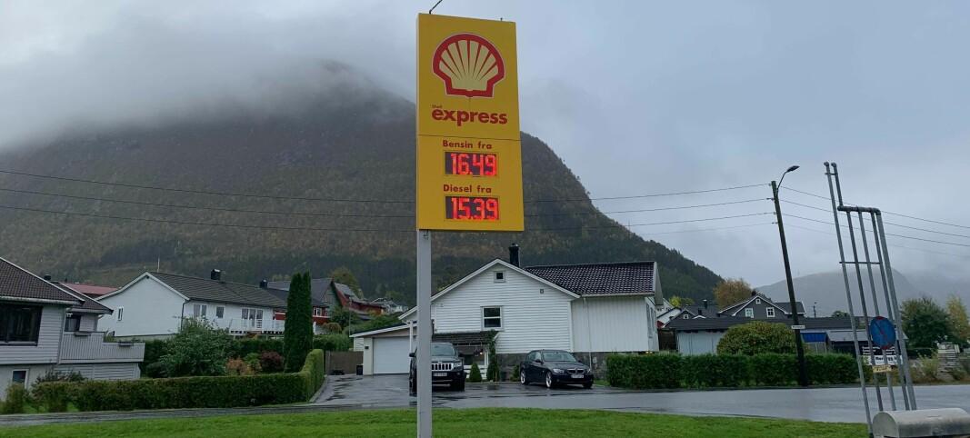 Øker avgiftene - nå er det slutt på jakten på billig drivstoff