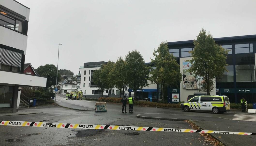 AVSPERRINGER: Politiet har avsperret et større område i nærheten av ulykkesstedet.