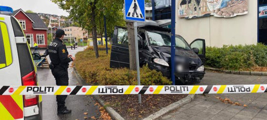 Sivil politibil kjørte i stolpe – bilfører til sykehus