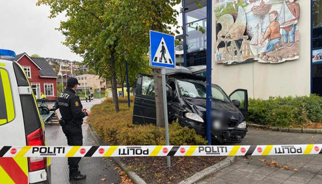 KOLLISJON: Politiets kjøretøy kolliderte med en stolpe i Ulsteinvik sentrum.